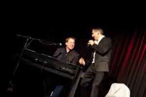 """Foto von der Premiere des Kabarettprogramms """"Farkas meets Falco"""" von Christian Nehiba mit Alexander Sedivy"""